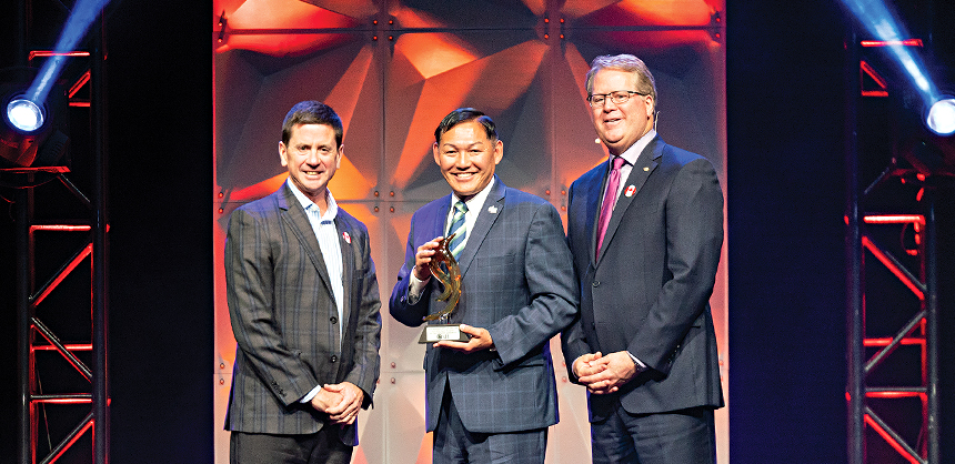 Paul Van Deventer, president and CEO of MPI, right; and Steve O'Malley, HMCC, CITP, chair of the MPI International Board of Directors, left; honor Gary Murakami with the 2019 Meeting Industry Leadership RISE Award at the 2019 World Education Congress in Toronto, Canada.